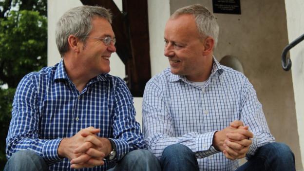Peter Clausen (li.) und Francesco Walter leben seit 24 Jahren in Ernen. Sie fühlen sich dort heute sehr wohl.