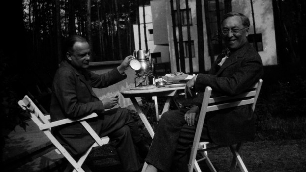 Klee und Kandinsky in fröhlicher Runde in Dessau.
