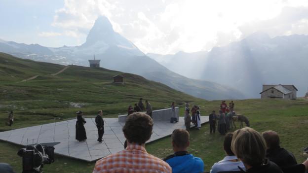 Das Freilichttheater findet vor eindrücklicher Bergkulisse statt.