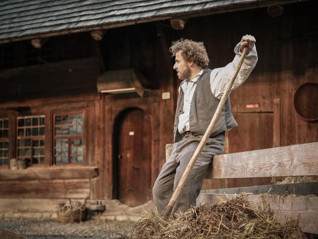 Jung-Schauspieler Bernhard Schneider spielt Ueli, der Knecht.