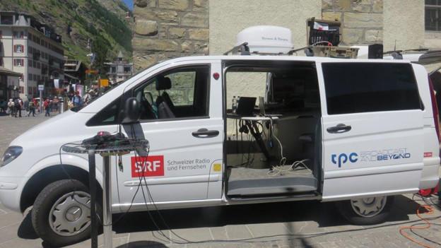Der SRF-Reportagewagen auf dem Kirchplatz in Zermatt.
