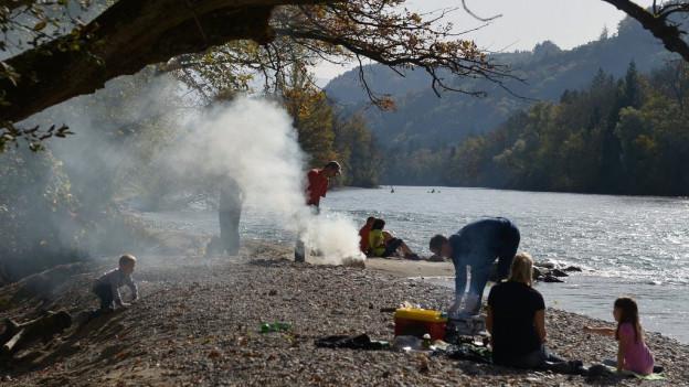 Grillieren bleibt im Kanton Bern vorerst auch in Waldnähe erlaubt, wie hier an der Aare in Rubigen im Herbst 2012.