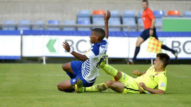 Auch zum Auftakt in die neue Saison mussten die Bieler (im Bild rechts Jérémy Manière) untendurch: 4:5 gegen Lausanne.