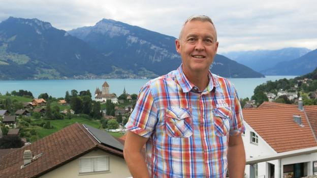 André Saegesser vor dem Thunersee: Künden die Wolken etwa wieder Unheil an?