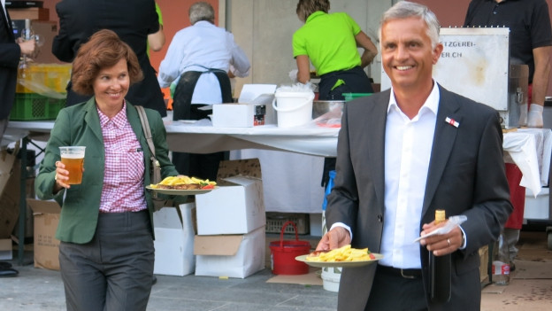 Didier und Friedrun Sabine Burkhalter mit ihrem Abendessen.
