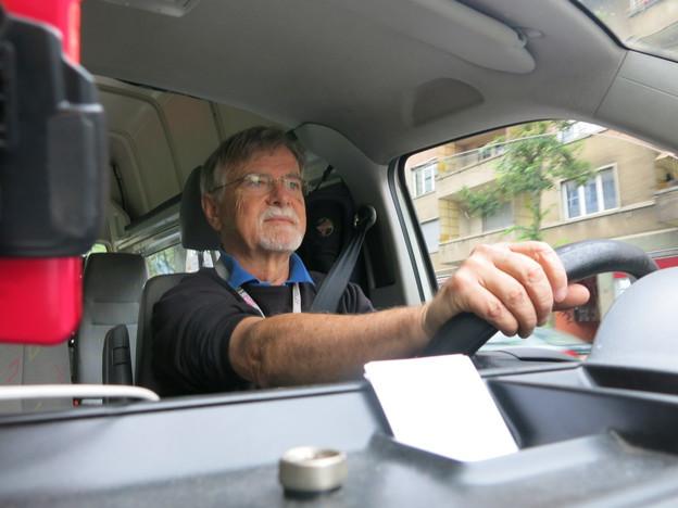 Tixi-Fahrer Robert Stähli ist in der Stadt Bern für Behinderte unterwegs.