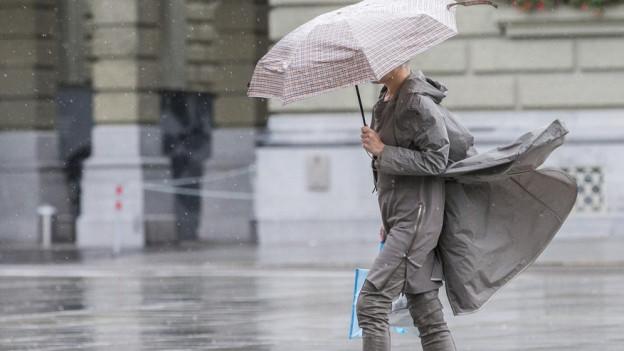 Nun brauchen Bernerinnen und Berner wieder den Regenschirm.