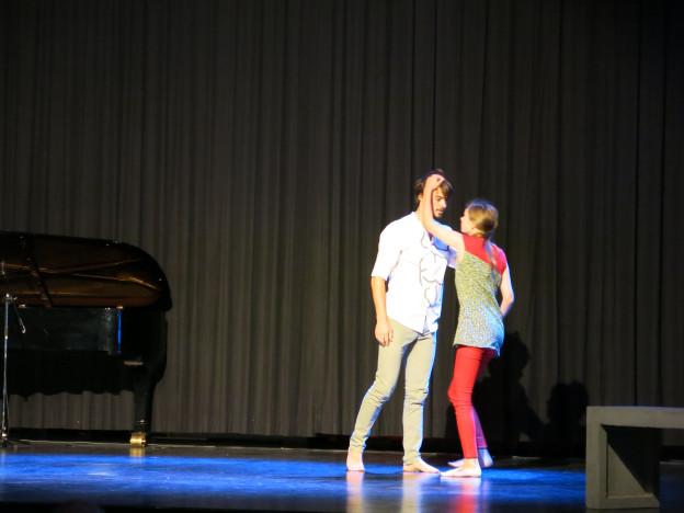 Zwei Menschen - mit und ohne Behinderung - tanzen. Ein Ausschnitt aus einer Produktion der Berner Gruppe «Beweggrund».