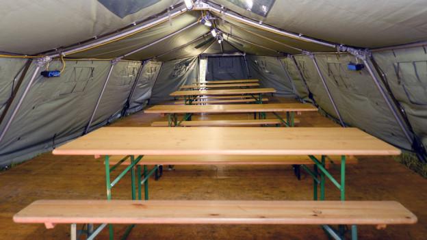 Als erster Kanton hat der Aargau Asylsuchende in Militärzelten untergebracht. Hier ein Aufentshaltsraum in Aarau.