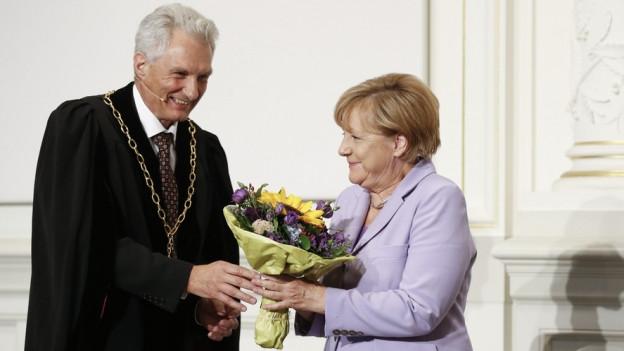 Blumen von Uni Bern-Rektor Martin Täuber für die deutsche Bundeskanzlerin Angela Merkel.