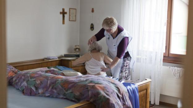 Pflegende werden in Zukunft ältere Personen vermehrt zu Hause betreuen.