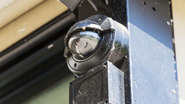Videokamera an Stahlträger.