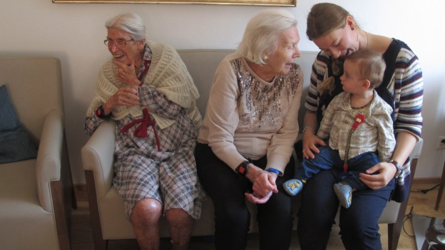 BBegegnung von Alt und Jung im Generationenhaus in Bern