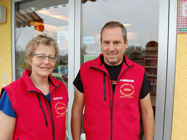 Barbara und Jakob Siegenthaler vor der Chrützwäg-Chäsi in Oberlangenegg.
