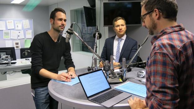 David Stampfli (l.), Bernhard Eicher (m.) im Gespräch mit SRF-Redaktor Joël Hafner.