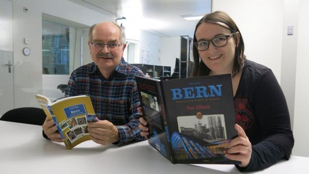 Mario Marti und Sandra Rutschi mit dem Buch des jeweils anderen.