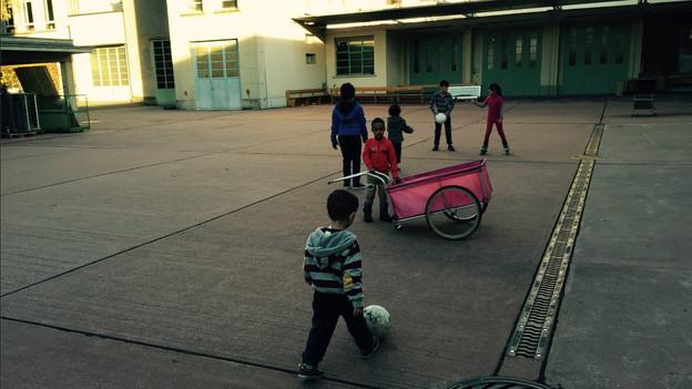 Jetzt dürfen die Flüchtlingskinder im Innenhof der Kaserne spielen.