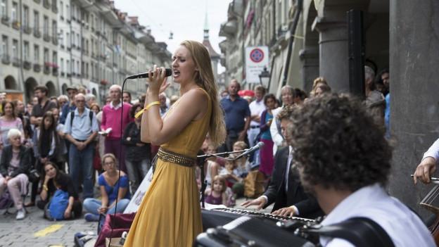 Band an Buskers-Festival in der Stadt Bern, Publikum im Hintergrund.