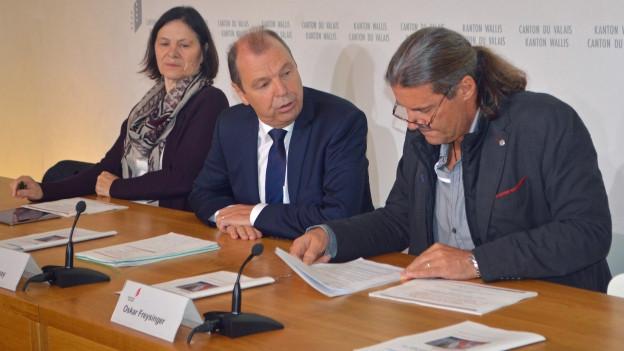 Die Staatsräte Esther Waeber, Maurice Tornay und Oskar Freysinger (von links) setzen sich für das Sparpaket ein.
