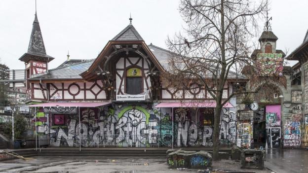 Reitschule mit Sprayereien auf der Fassade.
