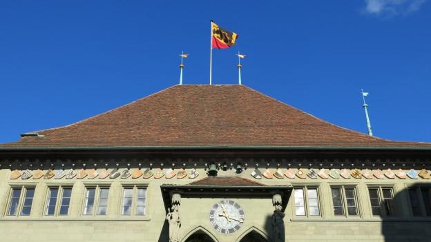Auf dem Berner Rathaus weht eine Berner Fahne.