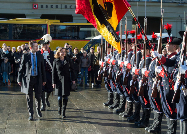 Nationalratspräsidentin Christa Markwalder schreitet mit Ständeratspräsident Raphaël Comte die Ehrenformation ab.