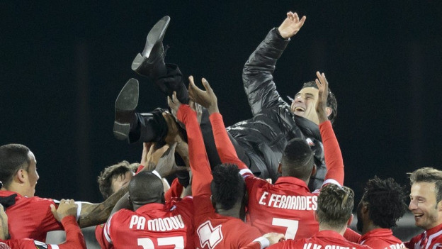 Sion-Trainer Didier Tholot wir von seinen Mannen gefeiert.