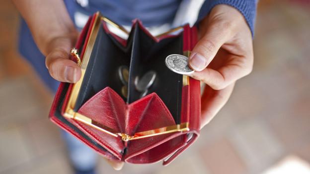 Immer mehr Menschen im Kanton Bern haben immer weniger im Portemonnaie.Immer mehr Menschen im Kanton Bern haben immer weniger im Portemonnaie.