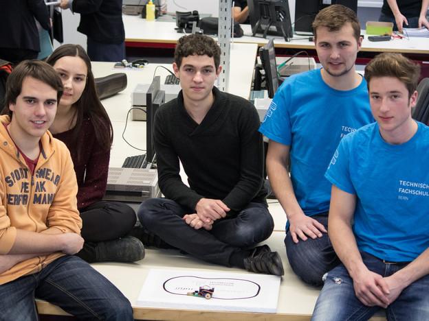 Gymnasiasten und Lehrlinge bauten gemeinsam einen Roboter.