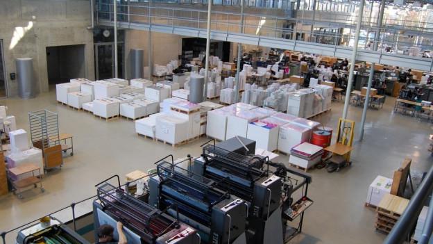 Hell und blitzsauber: Die Druckereihalle des ABC-Kartenverlages in Schönbühl.