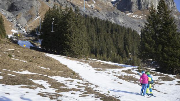 Dank gutem Wetter kommen die Gäste trotz Schneemangel: Kandersteg am 25. Dezember 2015.
