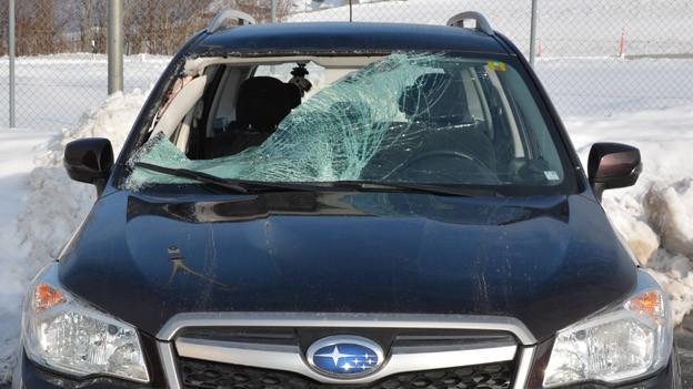 Eisbrocken durchschlug Frontscheibe und verletzte Beifahrerin schwer.