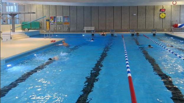Ein seltenes Bild: Nur zu Randzeiten ist das Schwimmbad so leer wie hier am Sonntagabend.