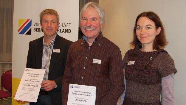 Preisgewinner (von links nach rechts): Stefan Seger (Spiez Marketing AG), Georg Wenger und Carmen Bezençon (Dittligmühle Längenbühl)
