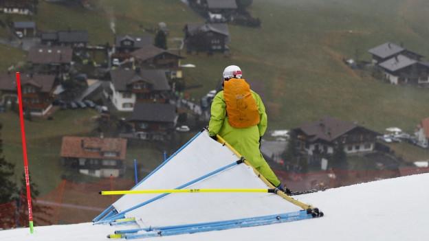 Die Skishow in Adelboden muss weitergehen, auch wenn im Dorf der Schnee fehlt.