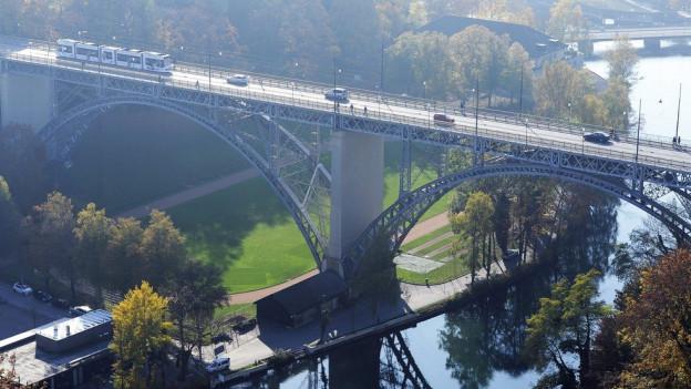 Die Tragkonstruktion der Kirchenfeldbrücke weist Risse auf.