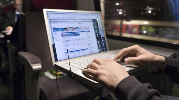 Schnell unterwegs im Zug und im World Wide Web.