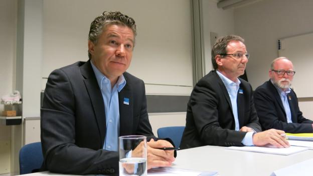 Peter Kohler (links) neben Stiftungsratspräsident Peter Flück (Mitte) und dem Berner Kulturamtschef Hans Ulrich Glarner.