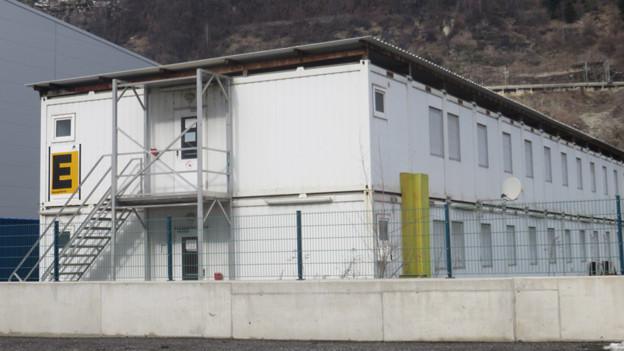 Diese Bau-Container in Gamsen sollen Platz für 90 Asylsuchende bieten.