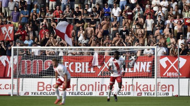 Spieler des FC Biel in Aktion, Schriftbänder, Zuschauer.