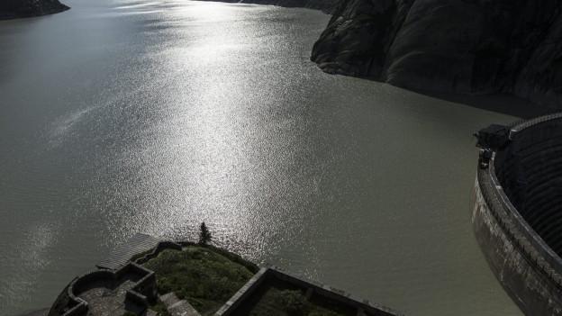 Die Kraftwerke Oberhasli wollen die Grimsel-Staumauer (rechts) erhöhen.