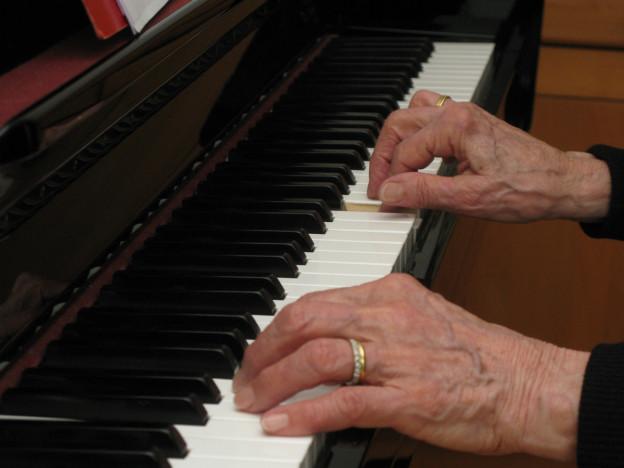 Eine Berner Studie sagt, warum immer mehr Ältere ein Instrument lernen.