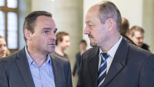 Patrick Gsteiger (rechts) im Gespräch mit EVP-Grossrat Ruedi Löffel nach dem ersten Wahlgang am 28. Februar 2016.