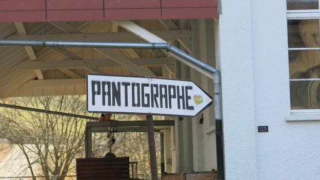 Zu sehen ist ein Schild mit der Aufschrift «Pantographe».