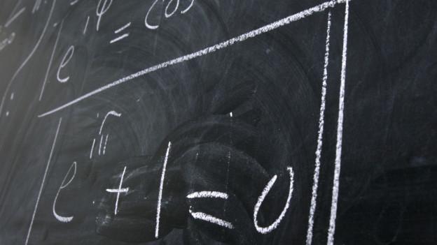 Wandtafel mit mathematischen Formeln.