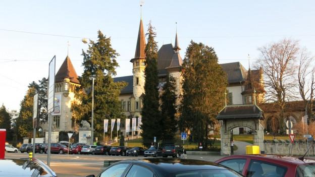 Parkplätze prägen heute den Helvetiaplatz vor dem Historischen Museum Bern. Museumsdirektoren möchten das ändern.