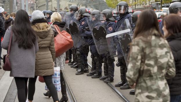 Die Teilnahme an unbewilligten Demos – hier letzten Oktober in Bern – bleibt straffrei.