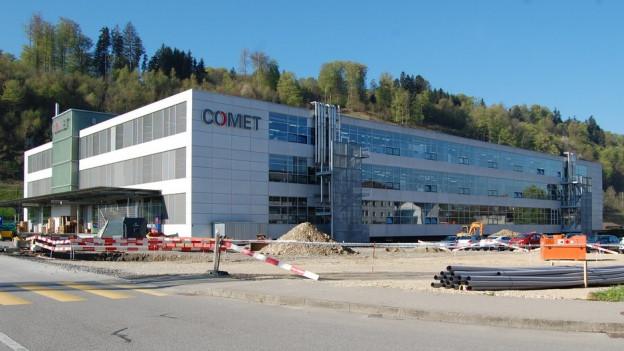 Zu sehen ist die Firma Comet in Flamatt.