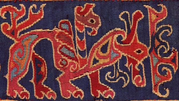 Fragment eines Textils der Abegg-Stiftung in Riggisberg, das ein Fabelwesen darstellt.