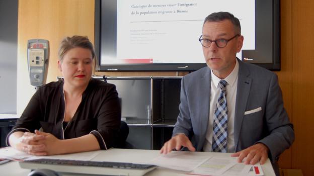 Gemeinderat Beat Feurer (SVP) und Integrations-Delegierte Tamara Iskra präsentieren den Massnahmenkatalog.